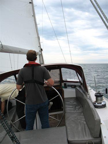 Unser Captain des Segelboots at alles im Griff